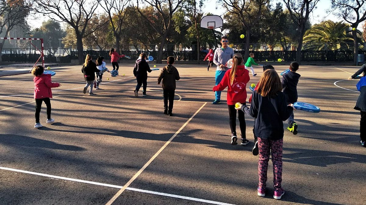 Un grup d'escolars practica pàdel al pati del seu centre educatiu dins del programa «Esport a l'escola». | LEVANTE-EMV