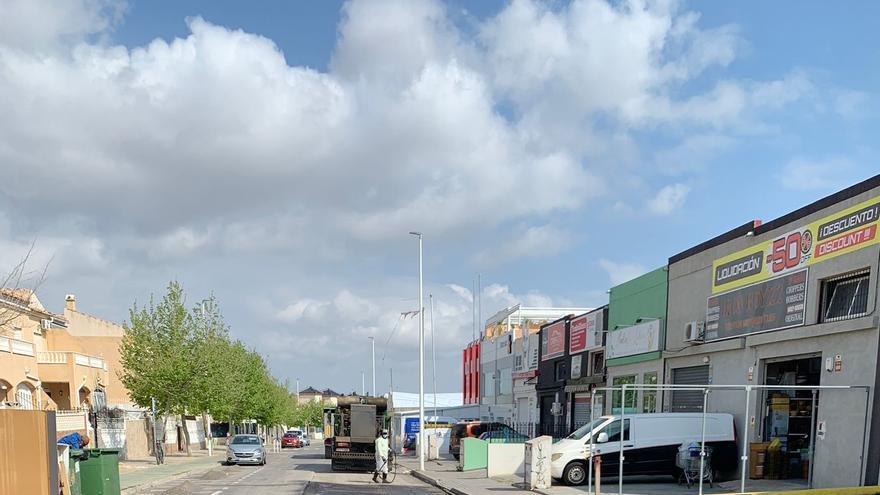 Asfaltado de calles que se ha iniciado este lunes en Torrevieja en distintos tramos de calles del casco urbano y rotondas