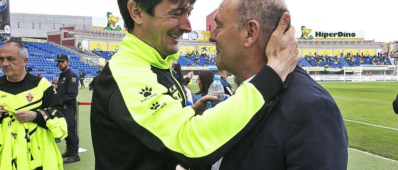 José Mel Pérez se saluda con José Rojo Martín 'Pacheta', que subió con el Elche en 2020, en el estadio de Gran Canaria.  | | Q. CURBELO