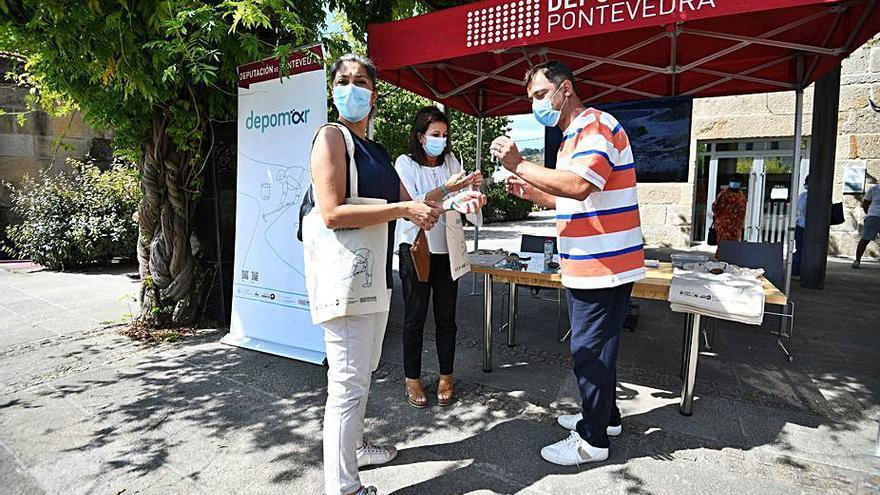 La campaña Depomar hizo parada en Cangas con una carpa informativa