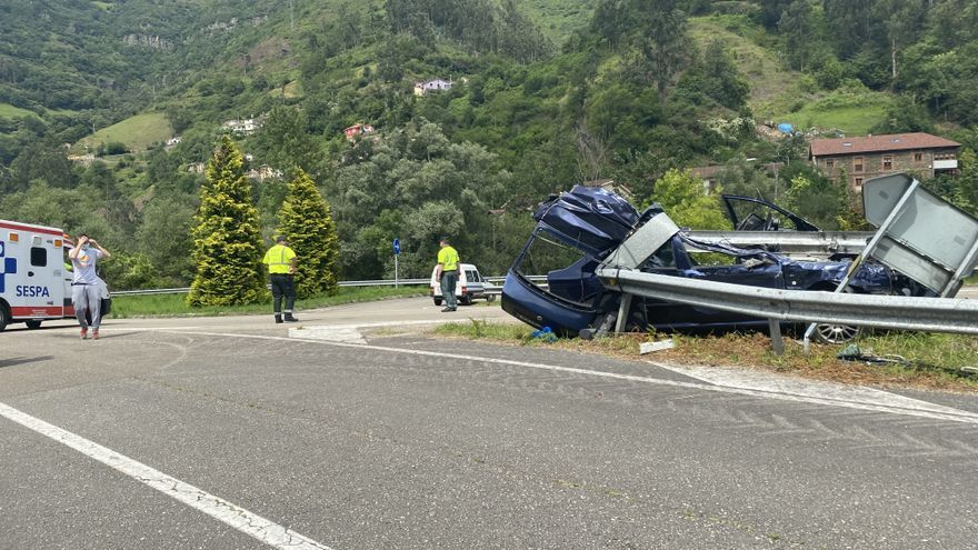 Aparatoso accidente en el Corredor del Aller: una mujer herida tras empotrarse con su coche contra el quitamiedos