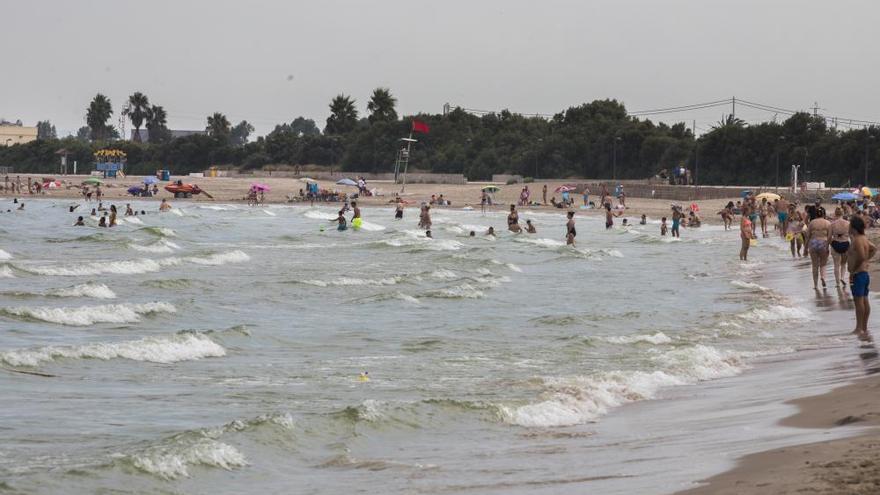 València cierra la playa de Pinedo