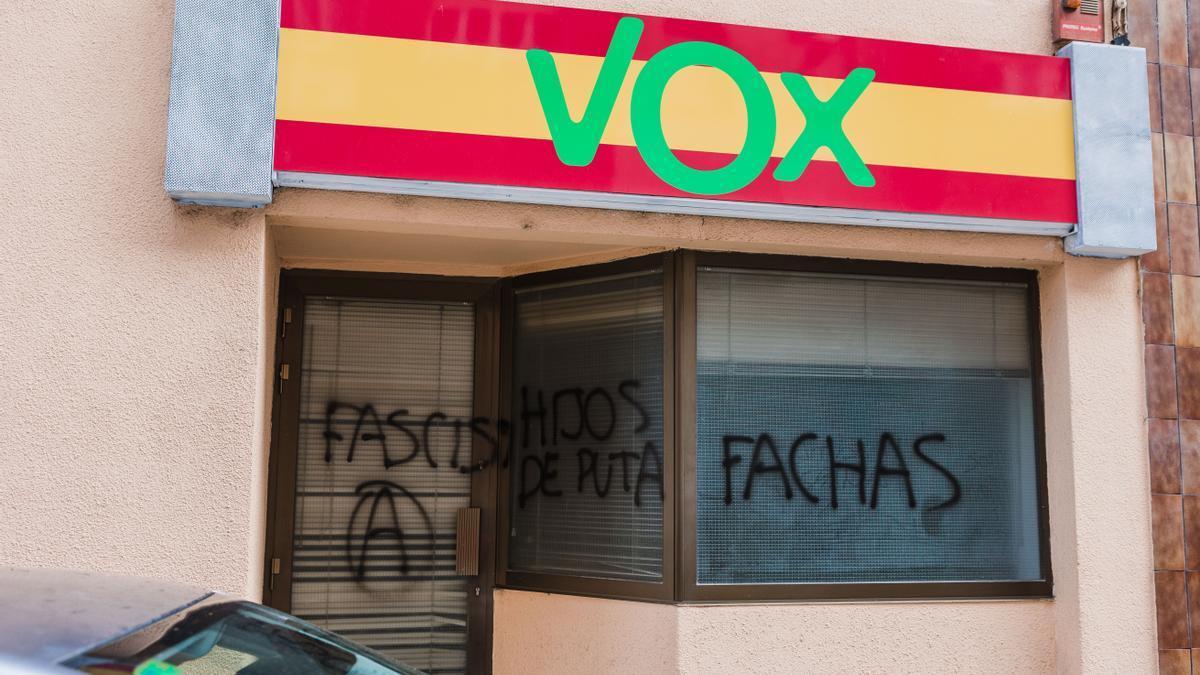 """Pintadas de """"fachas"""" en la sede de Vox de Soria."""