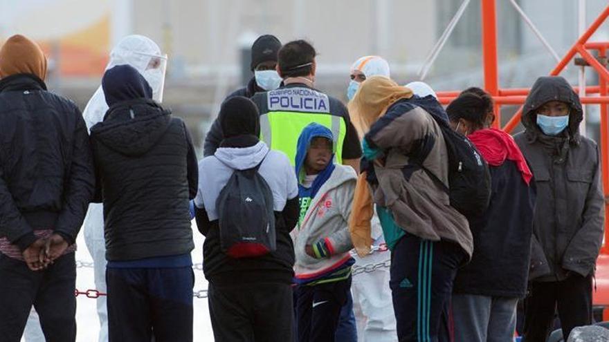Salvamento rescata a 69 migrantes en una neumática al sur de Fuerteventura