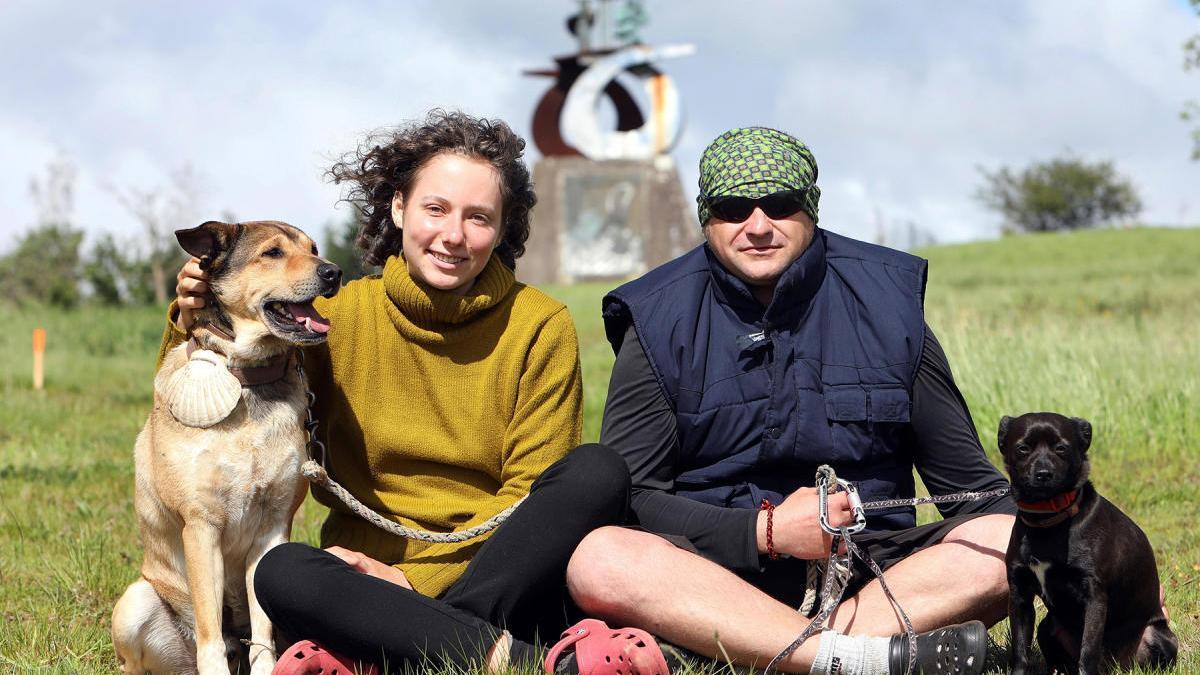 La pareja de peregrinos, en el Monte do Gozo // Xoán Rey (Efe)