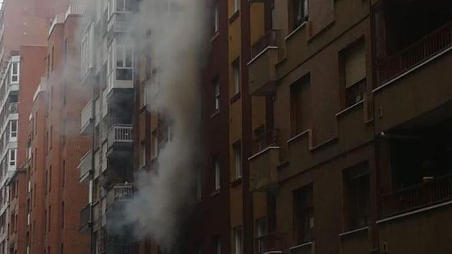 Se despierta con su casa en llamas en Gijón y termina herido al salvar a sus perros
