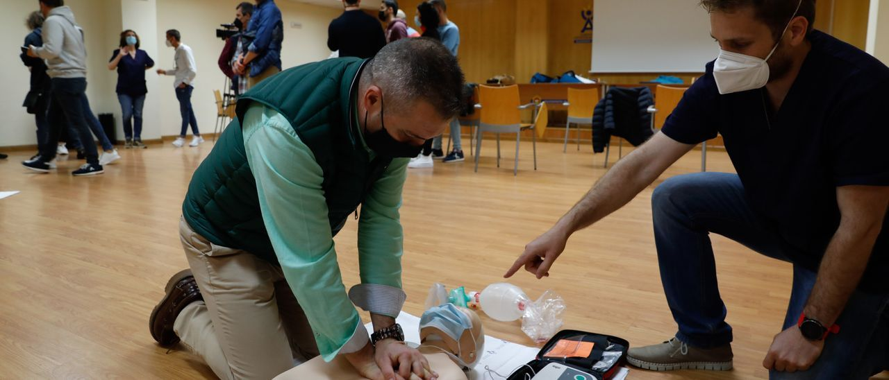 Emilio Toimil en pleno masaje cardíaco ante Juan Álvarez que señala el ambú.