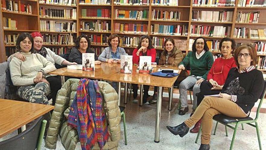 Grupo de lectoras saucanas que han recuperado el Club de Lectura del IES Fuentesaúco, coordinado por Soledad Grande, tercera por la izquierda.