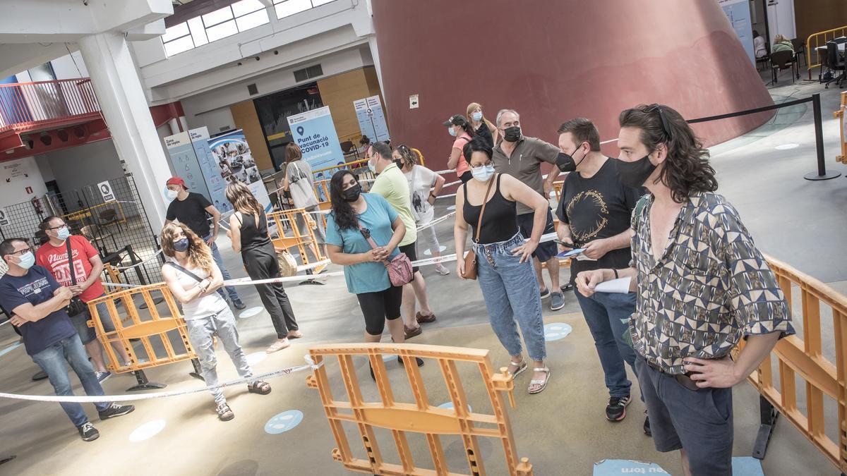 Gent fent cua per vacunar-se al Palau Firal aquest diumenge