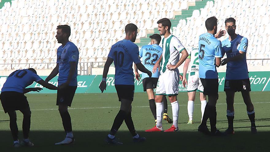 Los jugadores de los dos equipos se saludan tras finalizar el encuentro.jpeg