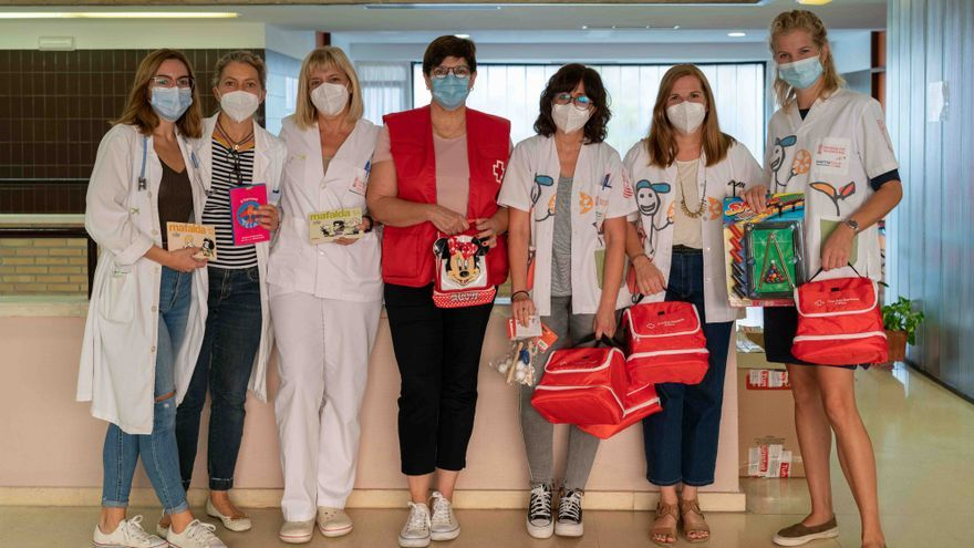 Cruz Roja dona unos regalos para los pequeños que se someten a la prueba PCR en los centros de salud de Dénia y Xàbia