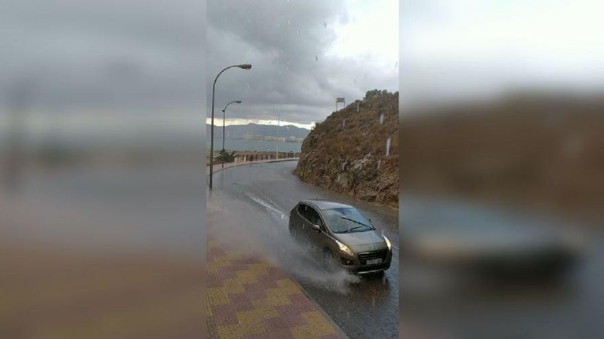 VÍDEO: Una tormenta deja granizo en la playa de Cullera