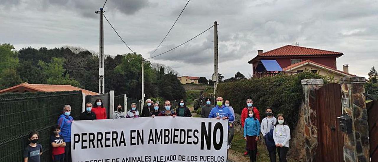 Vecinos de Ambiedes concentrados ayer contra el albergue de animales en la parroquia.