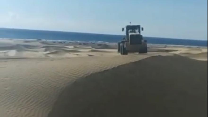 El Sur retira arena del muro del paseo Costa Canaria