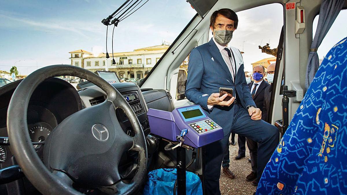 El consejero de Fomento, Suárez-Quiñones, usa su móvil para resevar una plaza en el autobús. | Ical