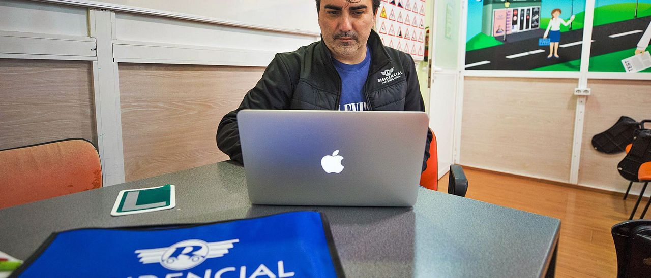 Fernando López, director de Autoescuela Residencial, asegura que la falta de examinadores es un «mal endémico» en Eivissa.