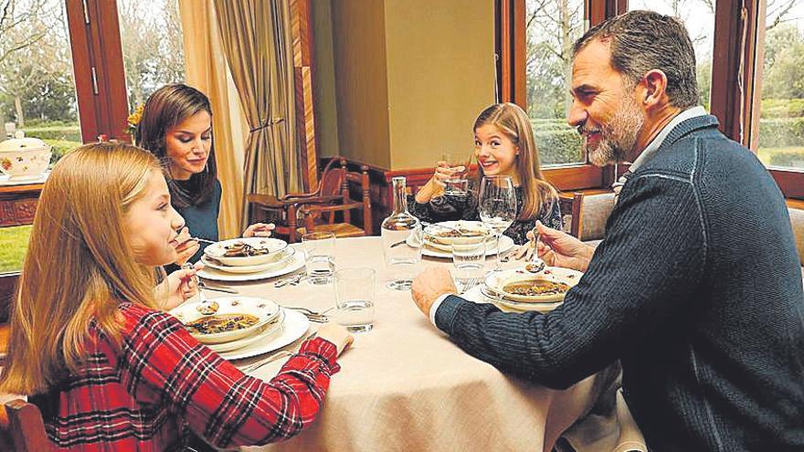 """La familia Real, comiendo en el palacio de la Zarzuela en enero de 2018, con la vajilla """"Flores y frutas"""", de la Fábrica de loza de San Claudio"""
