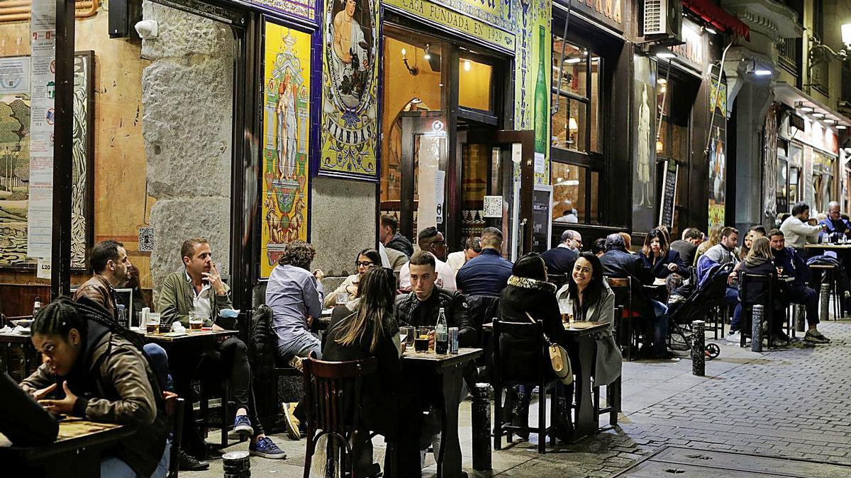 Terrazas en el centro de Madrid, el sábado, abarrotadas de clientes sin mascarillas. |