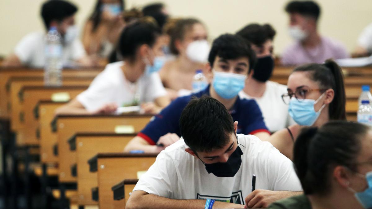 Estudiantes en la Facultad de Medicina de la Universidad de Málaga durante la realización de las pruebas de la EBAU (la antigua Selectividad).