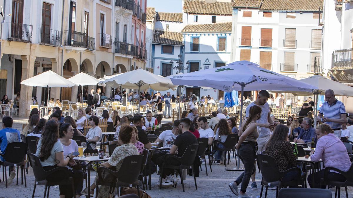 Nuevas restricciones por coronavirus en Valencia. En la imagen, terrazas en la Plaça del Mercat de Xàtiva.