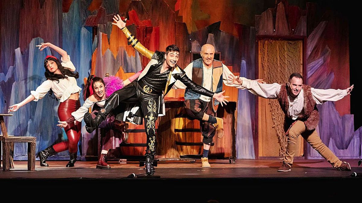 Los actores del musical, en uno de los números musicales de la obra infantil.