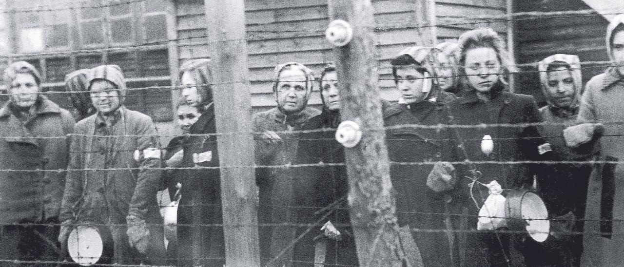 Mujeres presas  tras las alambradas del  campo de concentración nazi de  Ravensbrück.
