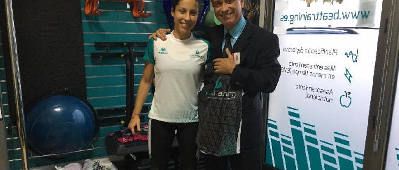 Sergio Alonso junto a una de sus entrenadoras, Beatriz Hernández, antes de partir a Nueva York.