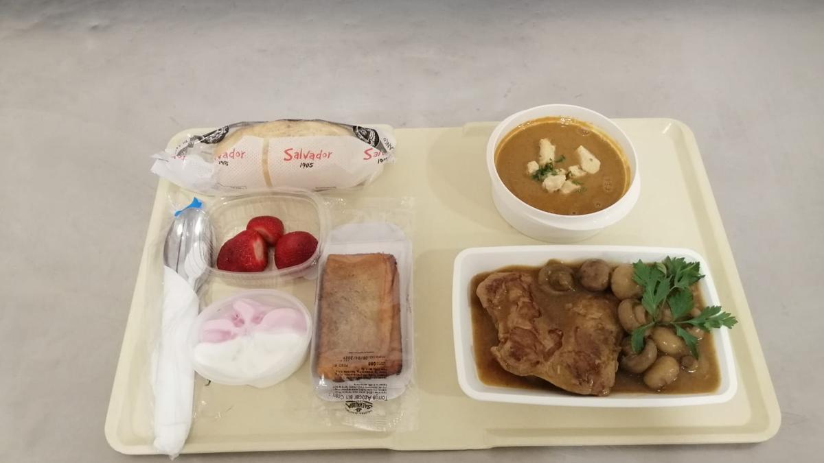 Detalle del menú del almuerzo para los pacientes ingresados el Jueves Santo en el hospital Reina Sofía.