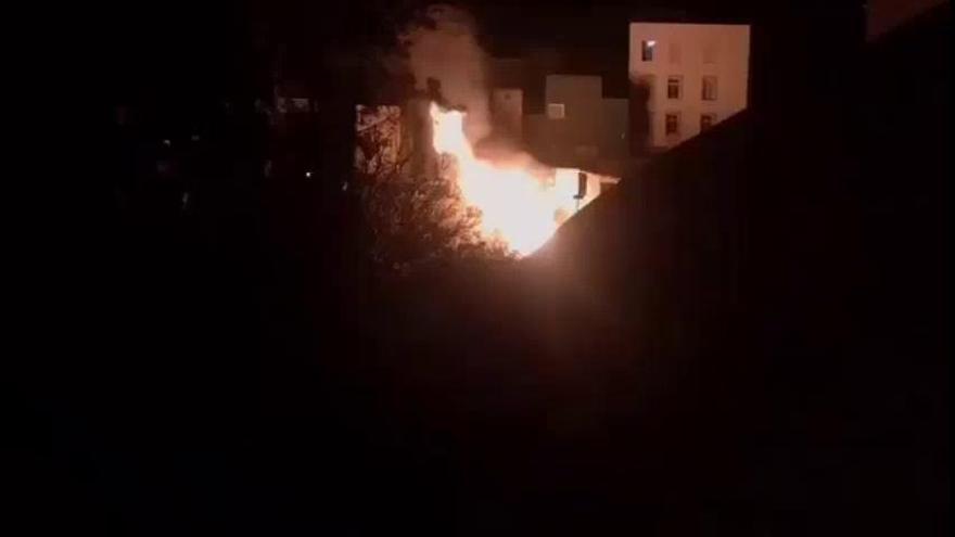 Un incendio en un inmueble afecta a una ladera del Barranco de Santos