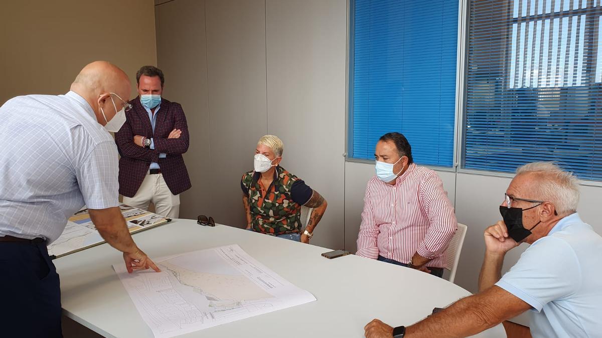 Reunión de Eloy Santana con los restauradores de Melenara.