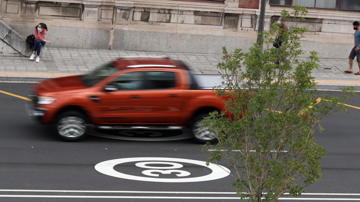 Una señal horizontal que limita la velocidad a 30 km/h.