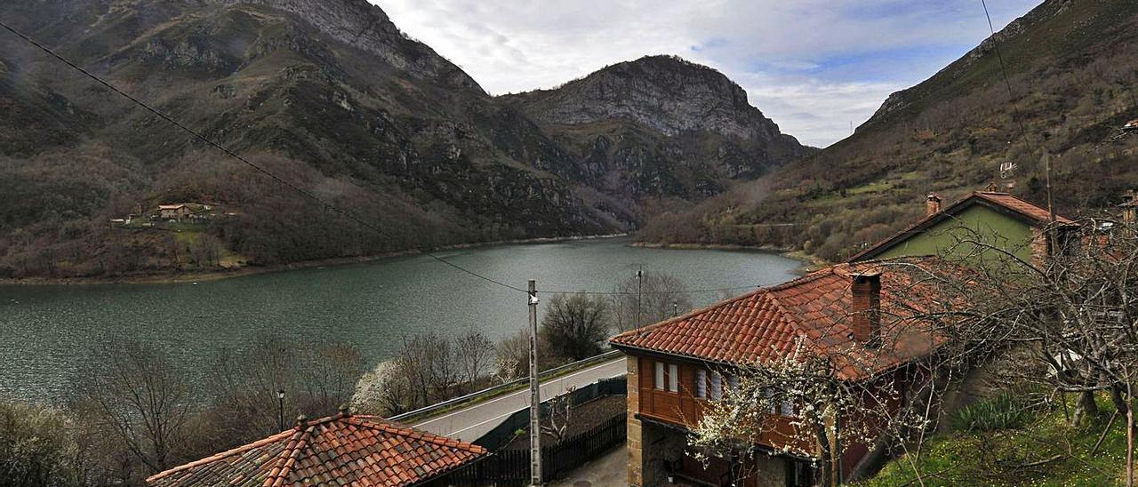 El pantano de Tanes, con varias casas de la localidad en primer término. | Fernando Rodríguez