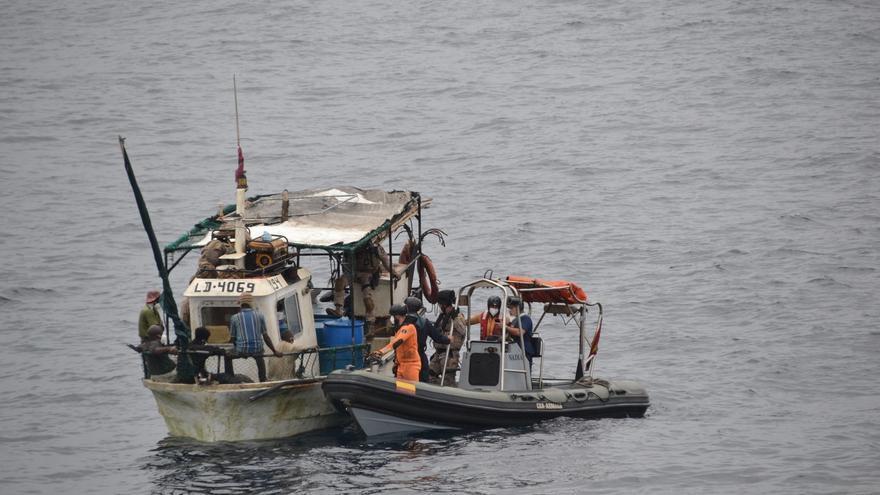 Un patrullero de la Armada socorre a un pesquero tras cinco días a la deriva en aguas de Angola
