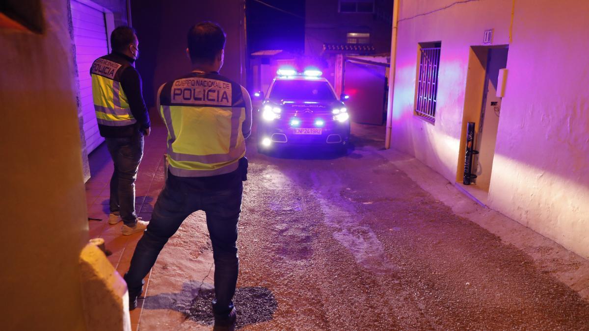 Operativo policial contra el tráfico de drogas en una vivienda de Vigo.
