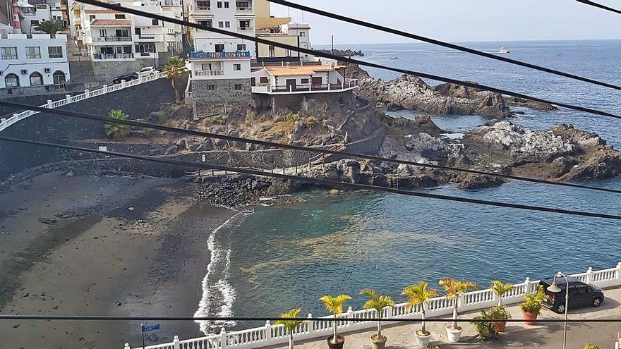 Cerrada la playa de Puerto Santiago por una mancha de origen desconocido