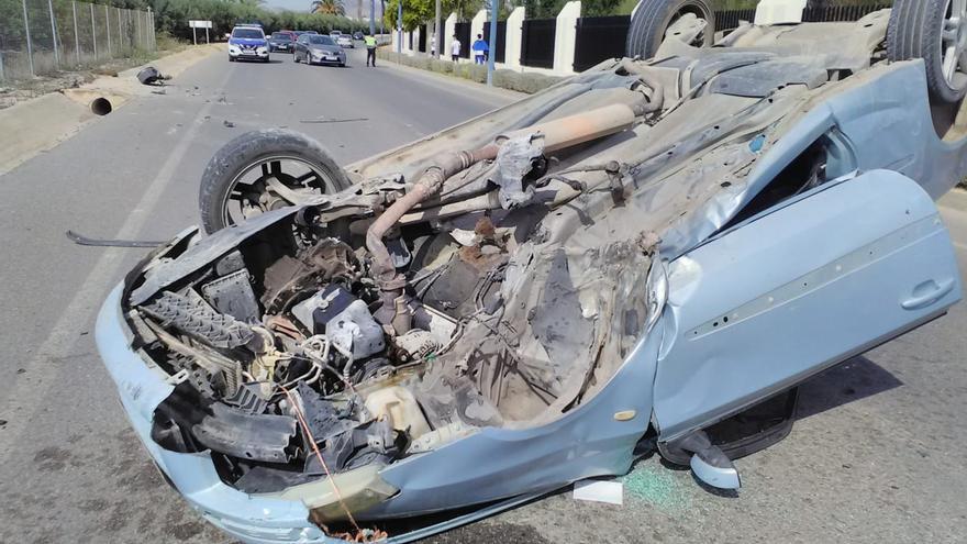 Se estrella y deja el coche ruedas arriba cuando conducía borracho por San Javier