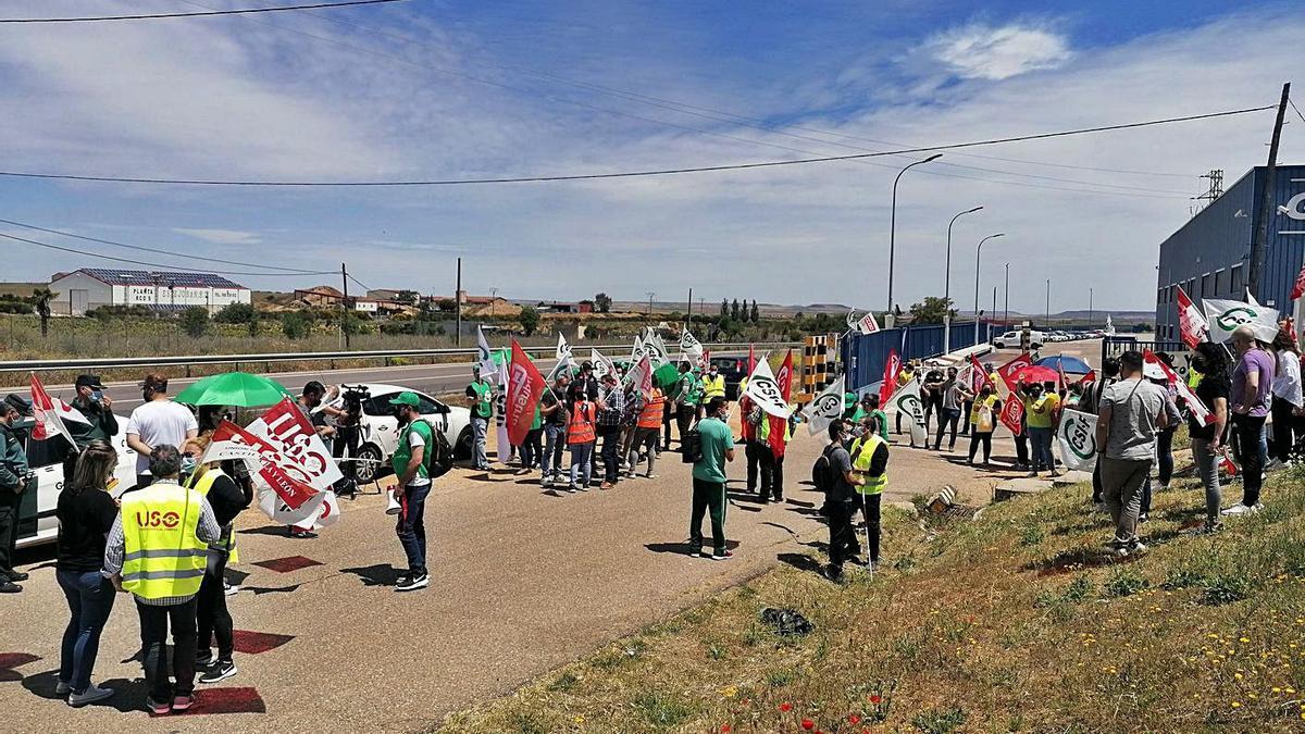 Trabajadores se concentran en el acceso a la fábrica en uno de los paros parciales celebrados ayer. | M. J. C.