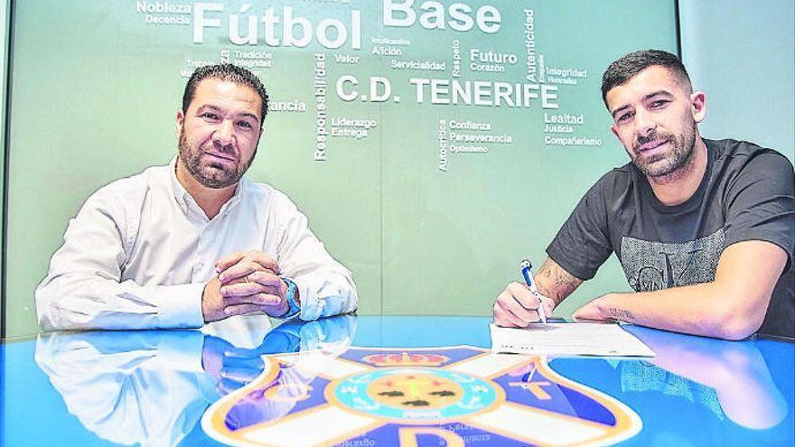 El CD Tenerife suspende de empleo a Alberto Jiménez y Javi Alonso