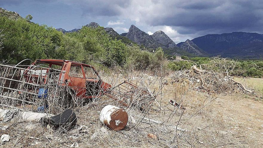 Denuncian la acumulación de residuos  en el entorno de la 'possessió' de Raixa
