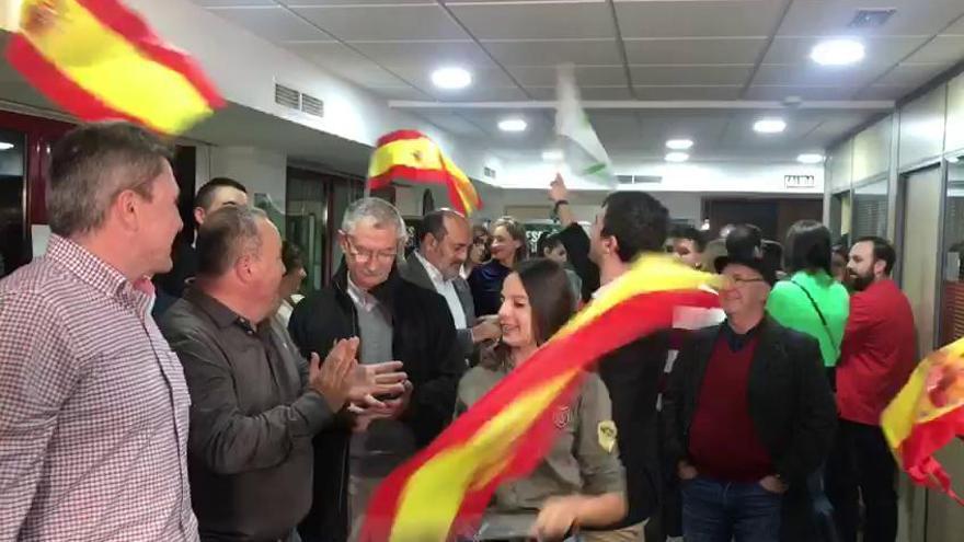 La sede de Vox en Murcia se llena de euforia y banderas de España