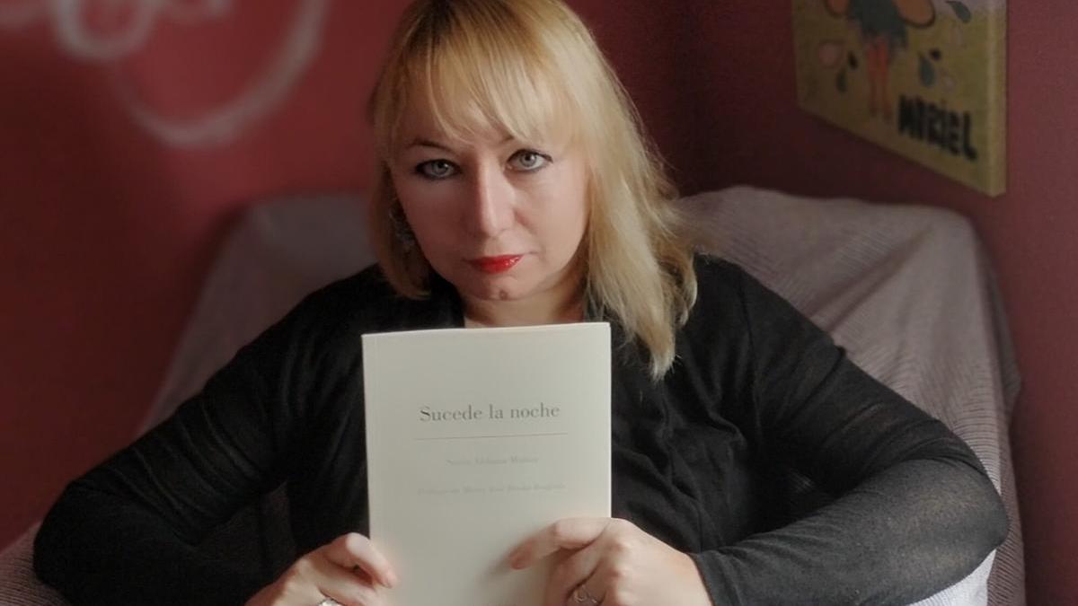 Sonia Aldama posa con su libro.