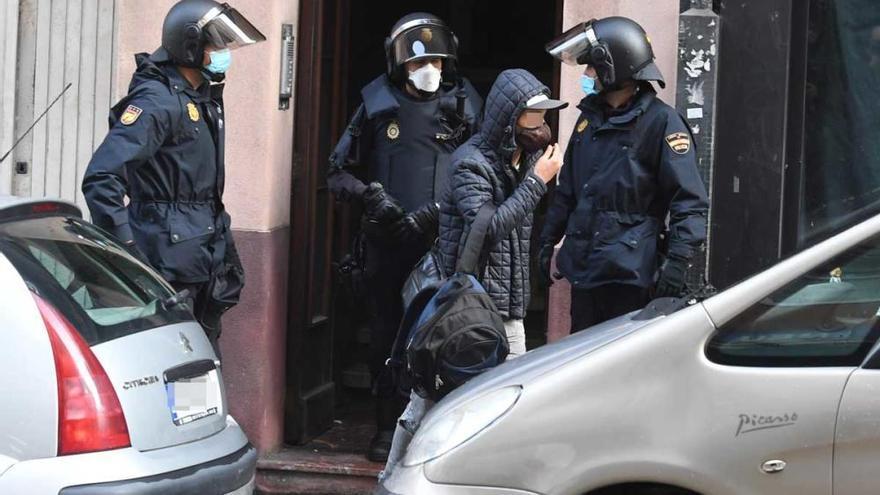 Trece desalojados de uno de los edificios ocupados en A Falperra