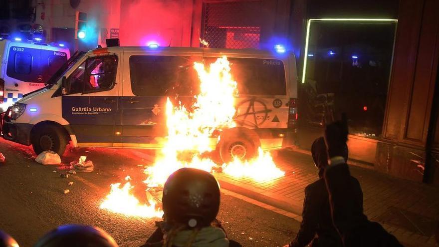 Presó  per als vuit detinguts acusats de cremar una furgoneta policial a Barcelona