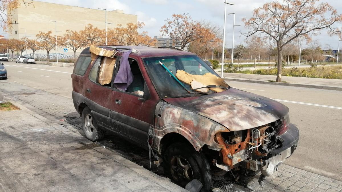 Detenidos dos menores por pegar fuego a un coche en el que dormía una persona en Palma