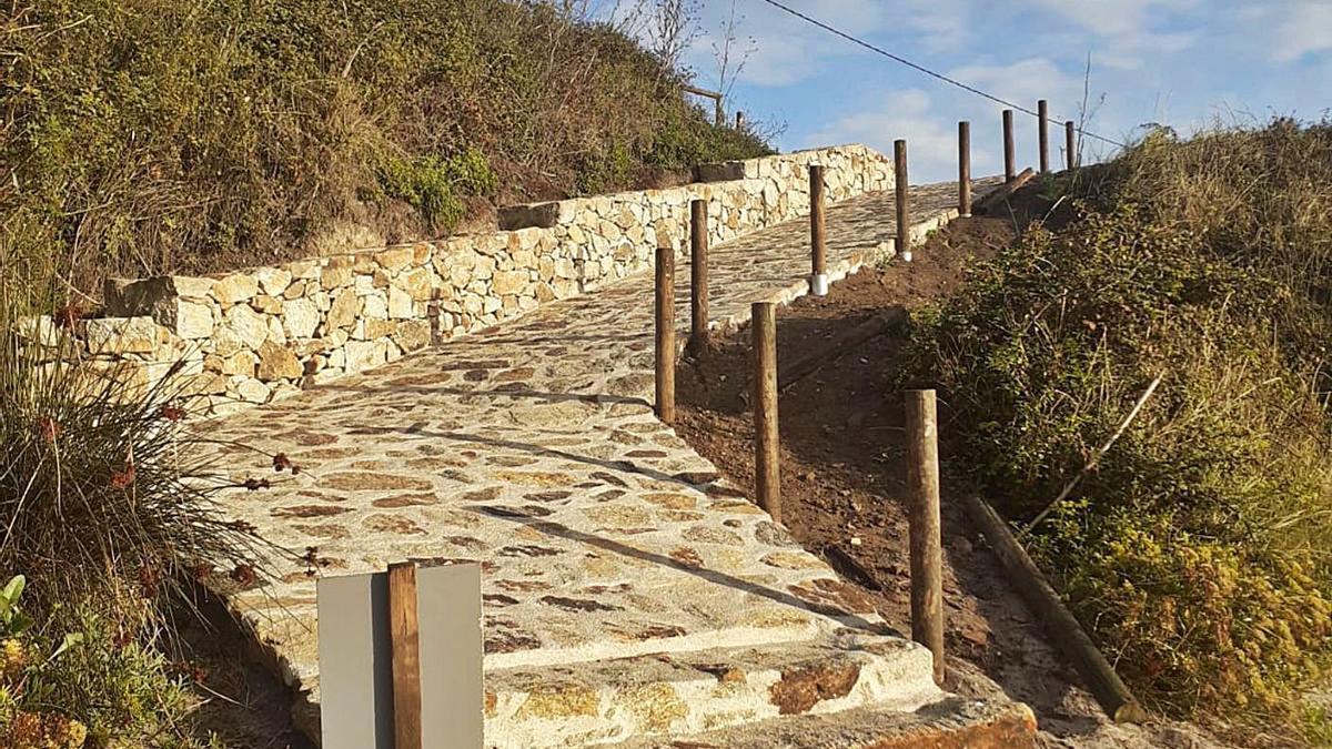 La nueva bajada de acceso a la playa de Canexol, en la isla de Ons.     // PINEIRÓNS