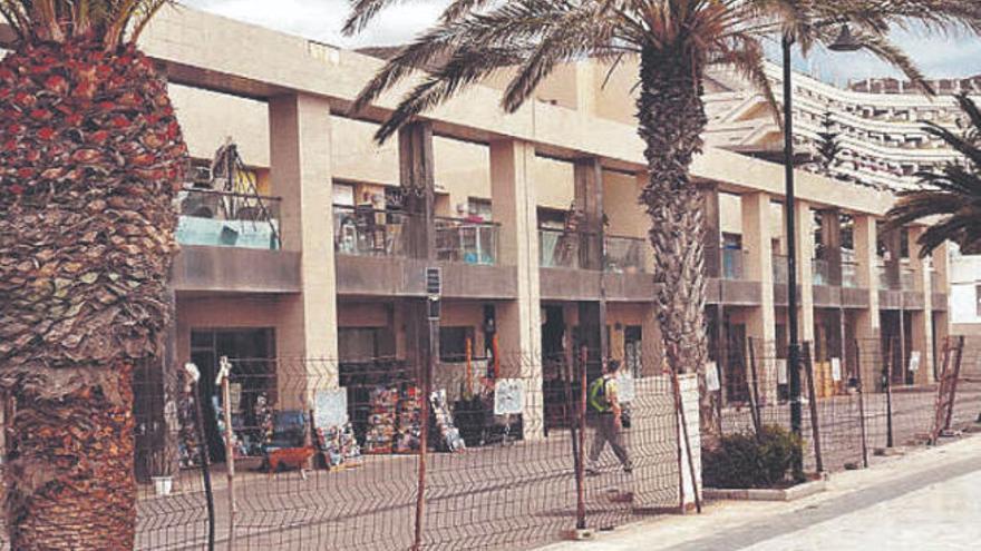 Desalojan a una treintena de personas del centro comercial de Los Tarajales