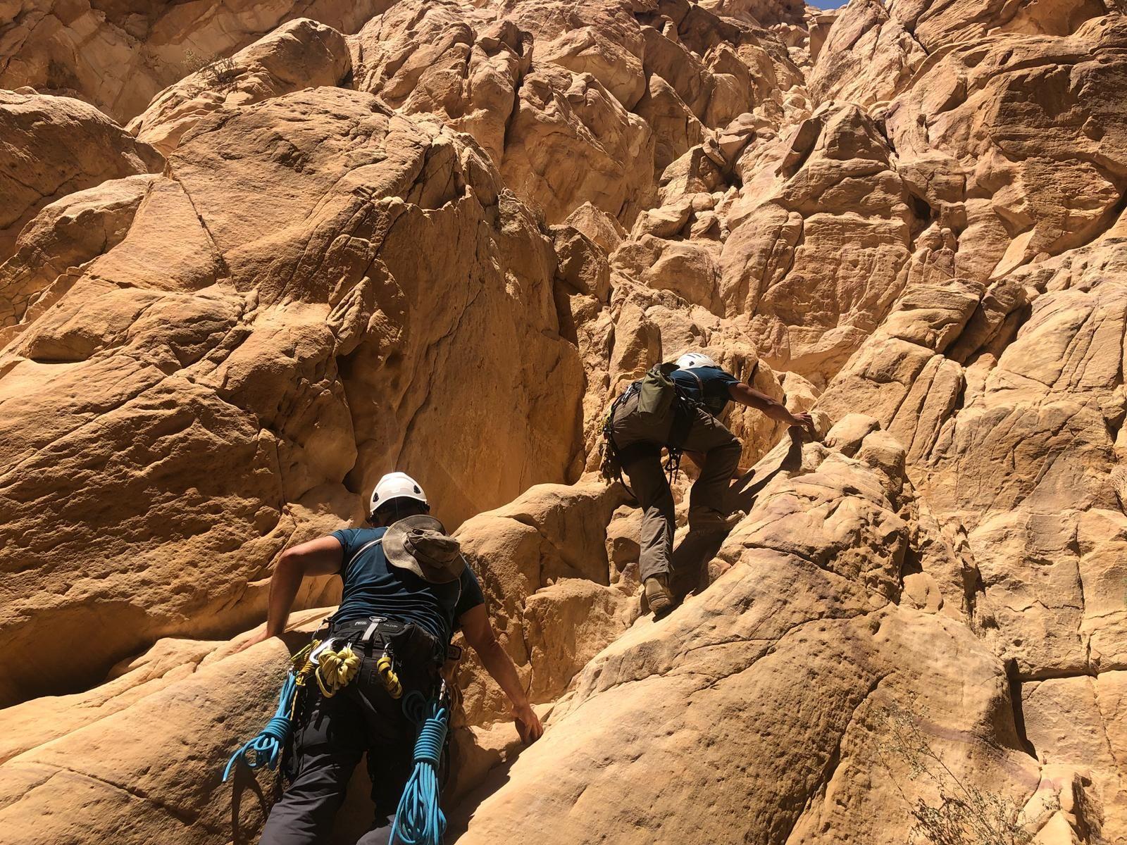 Noriega, con un compañero en una expedición por la montaña.