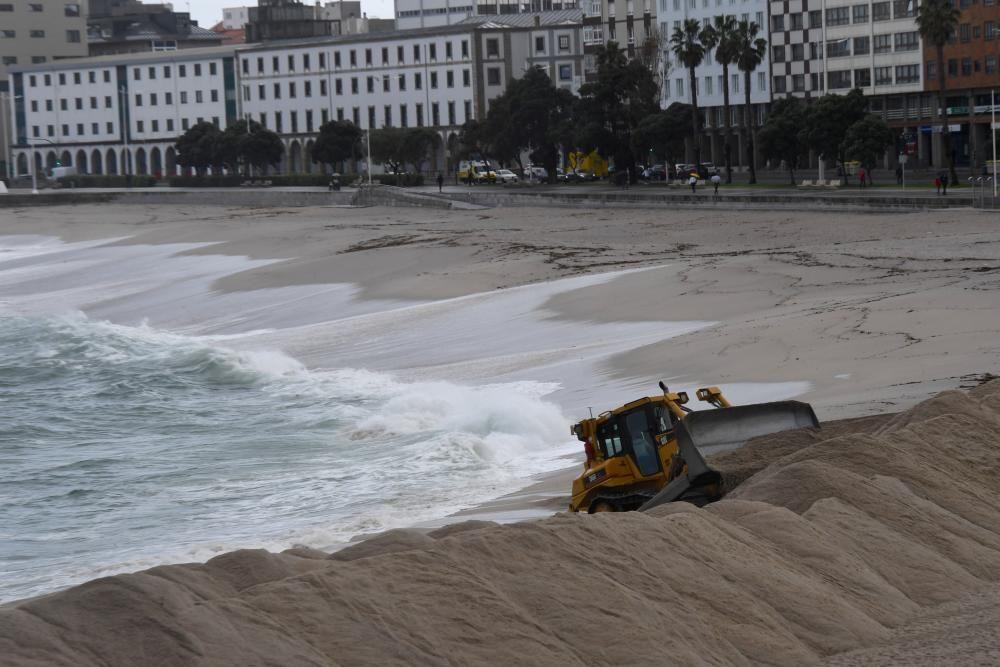 Las excavadoras han comenzado a trabajar para instalar la duna que protege la playa del oleaje invernal.