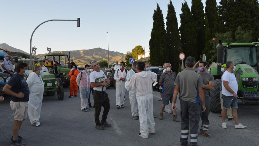Agost saca los tractores a desinfectar las calles ante el aluvión de contagios