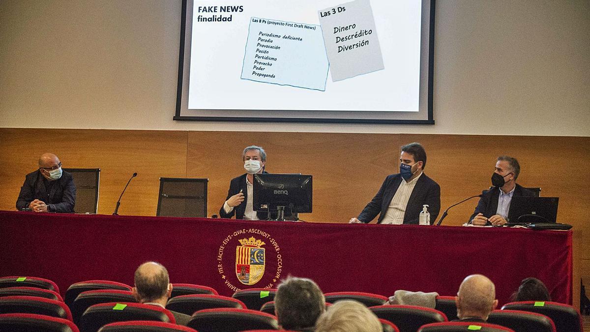 Exposición del catedrático Martínez Barco, con Juan José Cortés a un lado y el diputado Adrián Ballester y Ángel Lloret al otro.